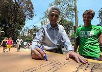 ATENCAO EDITOR FOTO EMBARGADA PARA VEICULO INTERNACIONAL - SAO PAULO, SP, 27 OUTUBRO 2012 - ELEICOES SP - PLINIO ARRUDA - Plino de Arruda e visto registrando seu voto no Colegio Santa Cruz na regiao oeste da capital paulista neste domingo. FOTO: VANESSA CARVALHO - BRAZIL PHOTO PRESS.