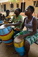 TOGO, Tohoun, orphange, girls playing drum / Waisenhaus, Musik und Tanz