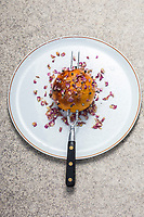 France, Paris (75), Les aliments anti-cancer de Richard Béliveau cuisinés par  Alain Passard, restaurant trois étoiles L'Arpège  - Pamplemousse à la broche, piqué aux clous de girofle et roses de Damas //  France, Paris, Richard Béliveau , anti-cancer foods cooked  by Alain Passard, three-star restaurant L'Arpège  - Grapefruit spit, studded with cloves and Damascus roses