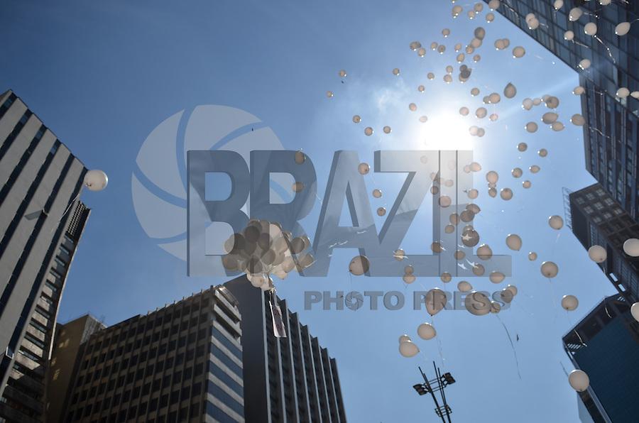 SAO PAULO, 11 DE ABRIL DE 2013 - PROTESTO VICTOR HUGO DEPPMAN - Jovens pedem justiça pela morte de Victor Hugo Deppman, em ato onde soltaram balões em homenagem ao jovem, na Avenida Paulista, no início da tarde desta quinta feira, 11. O jovem foi assassinado na porta do prédio onde residia no bairro do Belém, região leste da capital, vítima de um assalto. (FOTO: ALEXANDRE MOREIRA / BRAZIL PHOTO PRESS)