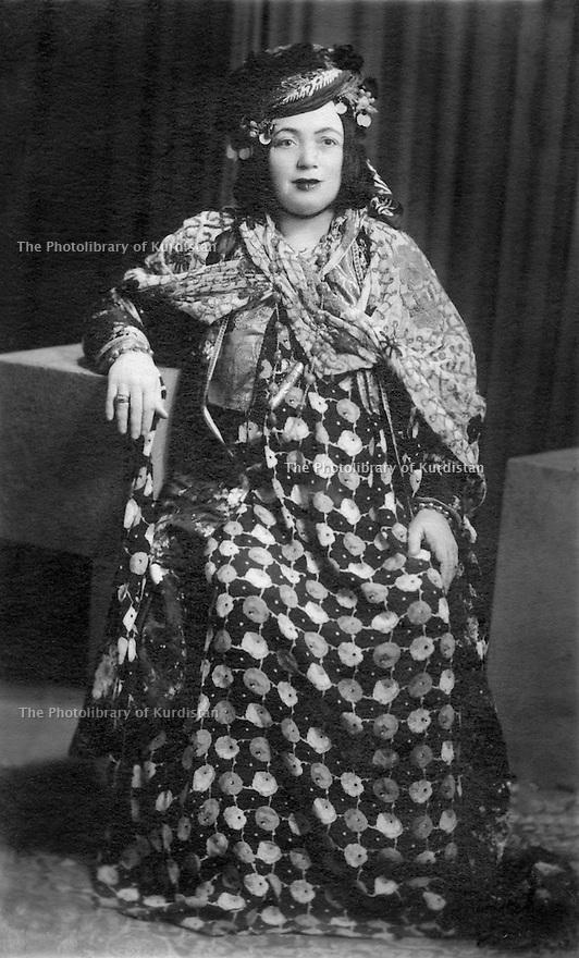 Iraq 1945.Meliha Khan, wife of Hamid beg Jaf of Halabja   .Irak 1945 .Meliha Khan, femme de Hamid Beg Jaf de Halabja