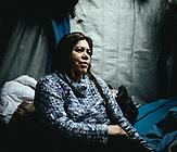 Parian Amiri, 38, aus Herat, Afghanistan, mit ihrem Mann und zwei Söhnen, seit 4 Monaten in Moria. Zuerst Emigration in den Iran, wo ihr Mann als Elektriker gearbeitet hatte, dann Flucht in die Türkei, Deportation nach Afghanistan. Sie hatten dort aber schon alles verkauft, erneut nach Iran, wieder Türkei, über 6 Monate unterwegs; jetzt bleibt nur noch wenig Geld, 4000 Euro haben sie für die Überfahrt bezahlt;