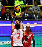 BOGOTÁ-COLOMBIA, 08-01-2020: Yeisy Soto de Colombia, intenta un bloqueo al ataque de balón a Diana de la Peña de Perú, durante partido entre Perú y Colombia en el Preolímpico Suramericano de Voleibol, clasificatorio a los Juegos Olímpicos Tokio 2020, jugado en el Coliseo del Salitre en la ciudad de Bogotá del 7 al 9 de enero de 2020. / Yeisy Soto from Colombia, tries to block the attack the ball to Diana de la Peña from Peru, during a match between Peru and Colombia, in the South American Volleyball Pre-Olympic Championship, qualifier for the Tokyo 2020 Olympic Games, played in the Colosseum El Salitre in Bogota city, from January 7 to 9, 2020. Photo: VizzorImage / Luis Ramírez / Staff.