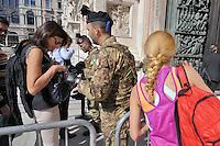 - Milano, turisti stranieri visitano il centro città, controlli di sicurezza dell'Esercito all'ingresso del Duomo<br /> <br /> - Milan, foreign tourists visit the city center,  Army security controls at the entrance of the Cathedral