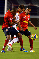BARRANQUILLA - COLOMBIA-28-10-2013: Carlos Saa (Izq.) y Daniel Mavhacon (Der.) jugadores del Uniatonoma F.C. disputa el balón Wander Luis (Cent.) jugador del America durante partido en el estadio Metropolitano Roberto Melendez de la ciudad de Barranquilla, octubre 28 de 2013. Uniatonoma F. C. y America durante partido por la primera fecha de los cuadrangulares semifinales del Torneo Postobon II. (Foto: VizzorImage / Alfonso Cervantes / Str). Carlos Saa (L) and Daniel Mavhacon (R)player of Uniatonoma F.C. vies for the ball with Wander Luis (C) player of America during a match at the Metropolitano Roberto Melendez Stadium in Barranquilla city, October 28, 2013. Uniatonoma F. C. and America during a match for the first round of the quadrangular semifinals Postobon tournament II. (Photo: VizzorImage / Alfonso Cervantes / Str).