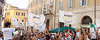 Militanti e parlamentari del MoVimento 5 Stelle manifestano davanti alla Camera dei Deputati dopo la protesta di un gruppo di deputati del movimento sul tetto dell'edificio, contro la modifica dell'Articolo 138 della Costituzione, a Roma, 7 settembre 2013.<br /> Five Stars Movement's lawmakers and activists protest to defend the Italian Constitution in front of the Lower Chamber in Rome, 7 September 2013.<br /> UPDATE IMAGES PRESS/Isabella Bonotto