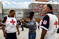"""Un hombre se Honduras pide atención medica para su familia a  elementos de la Cruz roja en la estación del tren.<br /> <br /> La Caravana del Migrante conformada por un contingente de 600 personas su mayoría de origen centroamericano, arribaron a Hermosillo a bordo del tren conocido como """"La Bestia"""", provienen de la frontera Sur del País y con rumbo a la ciudad de Mexicali donde continuaran el viaje hasta Tijuana.<br /> La caravana tiene como objetivo solicitar <br /> asilo a Estados Unidos y algunos integrantes piensan solicitar una visa humanitaria en Mexico para laborar en los campos de Sonora y Baja California.<br /> (Photo: NortePhoto/Luis Gutierrez)"""