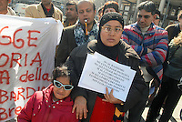 - Milan, demonstration of phone center and internet point managers, prevalently immigrants, against the new regional repressive law, that risks to close the greater part of the activities ....- Milano, manifestazione di gestori di phone center e internet point, prevalentemente immigrati, contro la nuova legge regionale repressiva, che rischia di far chiudere la maggior parte delle attività