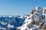 Italy, Veneto, Province Belluno, Dolomites: view from Little Lagazuoi with summit cross towards Odle mountains | Italien, Venetien, Provinz Belluno, Dolomiten: Blick auf den Kleinen Lagazuoi mit Gipfelkreuz und die Geislerspitzen