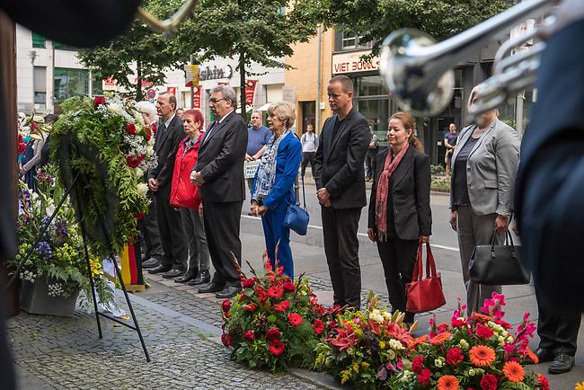Gedenken anlaesslich 56. Jahrestag des Mauerbau in Berlin.<br /> Am Sonntag den 13. August 2017 gedachten Politiker des Berliner Abgeordnetenhaus und des Bundestag in der Berliner Zimmerstrasse des ersten Mauertoten Peter Fechter. Fechter wurde bei seinem Fluchtversuch am 17. August 1962 an dieser Stelle 22jaehrig von den DDR-Grenzsoldaten Rolf F. (damals 26 Jahre), Erich S. (damals 20 Jahre) in den Ruecken geschossen und verblutete. Er lag fast eine Stunde im Sterben, weder die DDR-Grenzer, noch Westberliner griffen ein.<br /> Im Bild 3. vr.: Klaus Lederer, stellv. Buergermeister von Berlin und Senator fuer Kultur und Europa. Links neben Lederer mit blauem Hosenanzug, die Verlegerin Elfriede Springer. Links neben Elfriede Springer: Ralf Wieland, Praesident des Berliner Abgeordnetenhauses.<br /> 13.8.2017, Berlin<br /> Copyright: Christian-Ditsch.de<br /> [Inhaltsveraendernde Manipulation des Fotos nur nach ausdruecklicher Genehmigung des Fotografen. Vereinbarungen ueber Abtretung von Persoenlichkeitsrechten/Model Release der abgebildeten Person/Personen liegen nicht vor. NO MODEL RELEASE! Nur fuer Redaktionelle Zwecke. Don't publish without copyright Christian-Ditsch.de, Veroeffentlichung nur mit Fotografennennung, sowie gegen Honorar, MwSt. und Beleg. Konto: I N G - D i B a, IBAN DE58500105175400192269, BIC INGDDEFFXXX, Kontakt: post@christian-ditsch.de<br /> Bei der Bearbeitung der Dateiinformationen darf die Urheberkennzeichnung in den EXIF- und  IPTC-Daten nicht entfernt werden, diese sind in digitalen Medien nach §95c UrhG rechtlich geschuetzt. Der Urhebervermerk wird gemaess §13 UrhG verlangt.]