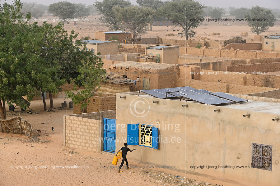 NIGER, Maradi, village Dan Bako, clay houses and cement buildung with Photovoltaic solar system / Haus aus Lehm und Zement mit Solar Home system