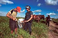 Policia Militar do Pará revista Sem Terras que são retirados da Fazenda Chão de Estrelas, do senador Jader Barbalho. Aurora do Pará, Pará Brasil . foto Paulo Santos / Interfoto.