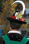 Italien, Suedtirol, bei Meran, Schenna: Trachtler der Musikkapelle Schenna, der Dirigent, Rueckansicht | Italy, Alto Adige, South Tyrol, near Merano, Scena: man in traditional costumes, back view
