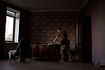 UKRAINE, Pisky: Constantine is checking some books in the library of the house that is used as a base for his unit. <br /> <br /> UKRAINE, Pisky: Constantine regarde des livres dans la bibliothèque de la maison utilisée comme base pour son unité.
