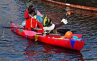 Intocht van Sinterklaas en Zwarte Piet in Edam. Kano