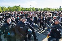 """Mehrere hundert Menschen versammelten sich nach einem anonymen Aufruf im Internet auf der Wiese vor dem Reichstagsgebaeude (Platz der Republik) um gegen die Einschraenkungen des oeffentlichen Lebens zur Eindaemmung der Covid-19-Pandemie zu protestieren. Unter ihnen viele Hooligans, Rechtsextreme, Anhaenger von Verschwoerungstheorien und Esoteriker. Sie riefen in Sprechchoeren """"Wir sind das Volk"""", """"Freiheit, Freiheit"""".<br /> Die Polizei versuchte, zunaechst erfolglos, die Menschen zum verlassen des Platzes zu bewegen. Ein Kamerateam der ARD wurde von einem Hooligan angegriffen. Dieser und andere aggressive Personen wurden festgenommen. Nach ca. 1 1/2 Stunden raeumte die Polizei den Platz.<br /> Im Bild: Die Polizei nimmt eine Person fest.<br /> 6.5.2020, Berlin<br /> Copyright: Christian-Ditsch.de<br /> [NUR FUER REDAKTIONELLE ZWECKE! Werbung nur auf Anfrage beim Fotografen. Inhaltsveraendernde Manipulation des Fotos nur nach ausdruecklicher Genehmigung des Fotografen. Vereinbarungen ueber Abtretung von Persoenlichkeitsrechten/Model Release der abgebildeten Person/Personen liegen nicht vor. NO MODEL RELEASE! Don't publish without copyright Christian-Ditsch.de, Veroeffentlichung nur mit Fotografennennung, sowie gegen Honorar, MwSt. und Beleg. Konto: I N G - D i B a, IBAN DE58500105175400192269, BIC INGDDEFFXXX, Kontakt: post@christian-ditsch.de<br /> Bei der Bearbeitung der Dateiinformationen darf die Urheberkennzeichnung in den EXIF- und  IPTC-Daten nicht entfernt werden, diese sind in digitalen Medien nach §95c UrhG rechtlich geschuetzt. Der Urhebervermerk wird gemaess §13 UrhG verlangt.]"""