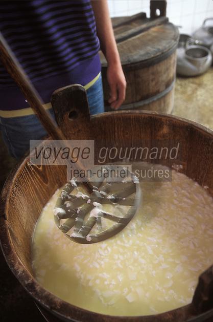 """France/15/Cantal/Env de Cheylade: Préparation du fromage à la ferme de Jean-Pierre et Régine Rodde - Producteurs de fromage AOC Salers au lieu dit: """"Le Caire"""""""