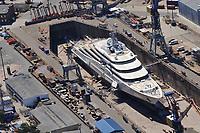 Eclipse: EUROPA, DEUTSCHLAND, HAMBURG, (EUROPE, GERMANY), 16.06.2010 Mega-Yacht, Eclipse, des russischen Milliardaers Roman Abramowitsch im Hamburger Hafen in der Werft Blohm und Voss. Trockendock Elbe 17,  Die knapp 170 Meter lange Luxusyacht soll neben einer Raketen-Abwehr auch einen Hubschrauberlandeplatz, ein Mini-U-Boot und einen Luxus-Wellnessbereich an Bord haben. 170 Metern lange die groesste Privatyacht der Welt, Deutschland, Hamburg, Schiffbau, Dock,  Trocken, Unternehmen, Wirtschaft, Firma, Blohm und Voss, B u V, Hamburger, Hafen, Schiff, Schiffe, Boot, Boote, Schifffahrt, Schiffahrt, Reperatur, B&V, Luftbild, Draufsicht, Luftaufnahme, Luftansicht, Luftblick, Flugaufnahme, Flugbild, Vogelperspektive Aufwind-Luftbilder, Luftbild, Luftaufname, Luftansicht<br />c o p y r i g h t : A U F W I N D - L U F T B I L D E R . de<br />G e r t r u d - B a e u m e r - S t i e g 1 0 2, <br />2 1 0 3 5 H a m b u r g , G e r m a n y<br />P h o n e + 4 9 (0) 1 7 1 - 6 8 6 6 0 6 9 <br />E m a i l H w e i 1 @ a o l . c o m<br />w w w . a u f w i n d - l u f t b i l d e r . d e<br />K o n t o : P o s t b a n k H a m b u r g <br />B l z : 2 0 0 1 0 0 2 0 <br />K o n t o : 5 8 3 6 5 7 2 0 9<br />V e r o e f f e n t l i c h u n g  n u r  m i t  H o n o r a r  n a c h M F M, N a m e n s n e n n u n g  u n d B e l e g e x e m p l a r !