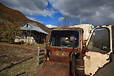 Mit der Hilfe seines alten Traktor, zieht Alikhan Kuradze seine Habseligkeiten zu seinem Rohbau - Haus in Abastumani.  Erst nach fast 70 Jahren wurde der lebenslange Traum von der Wiederkehr in sein Heimatdorf Abastumani in  wahr . Der  9-jährige Kuradze wurde  1944 nach Zentralasien deportiert. / With the help of his old tractor, Alikhan Kuradze pulls a carriage full of their belongings on moving day to his bare-bone house in Abastumani. It took the 76-year-old Alikhan Kuradze and his family almost seventy years to achieve their lifelong dream of returning to his native village of Abastumani in Georgia. In 1944, the 9-year-old Kuradze was deported to Central Asia.