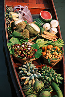 Thailande/Env de Bangkok: Le marché Flottant de Tha Kha - Détail de l'étal de fruits exotiques sur un bateau