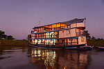 Le bateau de croisière lAmazon Dream au mouillage sur le l'amazone a l'est de Santarem