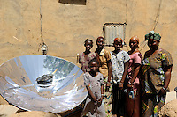 "Afrika Westafrika Mali Bandiagara , Frauen bereiten mit Solarkocher das Essen zu -  erneuerbare Energie Solar Solarenergie xagndaz | .Africa Mali Bandiagara, women with solar cooker preparing food - renewable energy solar power  .| [ copyright (c) Joerg Boethling / agenda , Veroeffentlichung nur gegen Honorar und Belegexemplar an / publication only with royalties and copy to:  agenda PG   Rothestr. 66   Germany D-22765 Hamburg   ph. ++49 40 391 907 14   e-mail: boethling@agenda-fototext.de   www.agenda-fototext.de   Bank: Hamburger Sparkasse  BLZ 200 505 50  Kto. 1281 120 178   IBAN: DE96 2005 0550 1281 1201 78   BIC: ""HASPDEHH"" ,  WEITERE MOTIVE ZU DIESEM THEMA SIND VORHANDEN!! MORE PICTURES ON THIS SUBJECT AVAILABLE!! ] [#0,26,121#]"