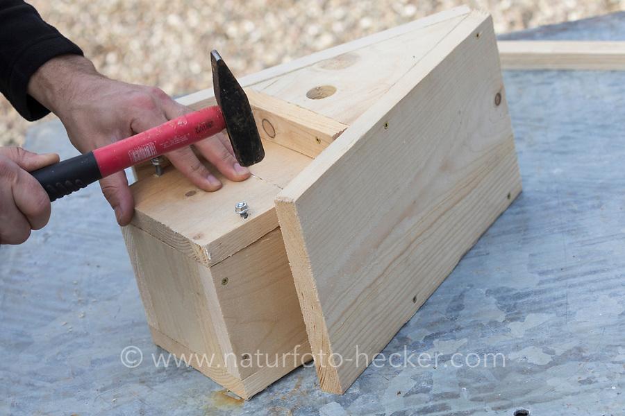 Selbstgebaute Holz-Nistkästen, Nistkasten für Vögel aus Holz, Vogelkasten, Meisenkasten selber bauen, selbst bauen, Basteln, Bastelei. Schritt 9: Anbringung der Reinigungsklappe - Löcher werden durch die Klappe und in die Seite der Seitenteile gebohrt, in diese wird eine Gewindestange eingeschlagen, so dass die Reinigungsklappe auf dieses Gewindestange aufgeschoben werden kann
