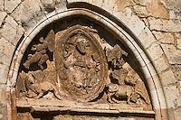 Europe/France/Midi-Pyrénées/46/Lot/Goujounac: Église Saint- Pierre- tympan du 12ème siècle. Le Christ en Majesté qui y est représenté, encadré des symboles des quatre évangéliste
