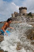Europe/France/Aquitaine/64/Pyrénées-Atlantiques/Pays-Basque/Ciboure: Fort de Socoa depuis le sentier littoral par gros temps [Autorisation : 2011-124]