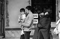 - Turchia, Istambul, una famiglia nei giardini del palazzo Topkapi (1984)....- Turkey, Istanbul, a family in the gardens of Topkapi Palace (1984)
