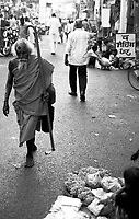 Varanasi (Uttar Pradesh)<br /> <br /> Vieux Sadhu marchant pieds nus canne a la main.<br /> <br /> Old sadhu walking without shoes and holding his stick.