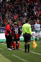 Trainer J¸rgen Klopp (FSV Mainz 05) hat ein paar warme Worte f¸r Christoph Spycher (Eintracht Frankfurt) ¸brig