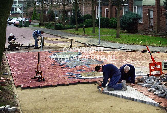 Doorwerth,200100  Foto:Koos Groenewold (APA-Foto)<br />Aanleg kruispunt aan de Berkenlaan in Doorwerth dat gebaseerd is op een kindertekening.