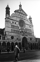 Cremona, un anziano signore con bastone di fronte al Duomo --- Cremona, an old man with walking stick in front of the Duomo cathedral