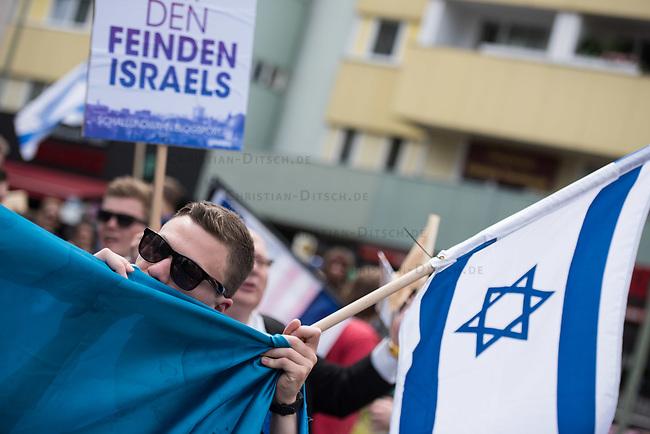 """Ca. 250 bis 300 Menschen protestierten am Samstag den 11. Juli 2015 in Berlin mit einer Demonstration gegen den anti-israelischen Al Quds-Tag. Sie riefen Parolen wie """"Lang lebe Israel"""" und """"Free Gaza from Hamas"""".<br /> Am sogenannten Al Quds-Tag protestieren weltweit Muslime gegen die Besetzung der palaestinensischen Gebiete durch Israel.<br /> Zu der Demonstration zum Al Quds-Tag kamen ca. 1000 Menschen.<br /> 11.7.2015, Berlin<br /> Copyright: Christian-Ditsch.de<br /> [Inhaltsveraendernde Manipulation des Fotos nur nach ausdruecklicher Genehmigung des Fotografen. Vereinbarungen ueber Abtretung von Persoenlichkeitsrechten/Model Release der abgebildeten Person/Personen liegen nicht vor. NO MODEL RELEASE! Nur fuer Redaktionelle Zwecke. Don't publish without copyright Christian-Ditsch.de, Veroeffentlichung nur mit Fotografennennung, sowie gegen Honorar, MwSt. und Beleg. Konto: I N G - D i B a, IBAN DE58500105175400192269, BIC INGDDEFFXXX, Kontakt: post@christian-ditsch.de<br /> Bei der Bearbeitung der Dateiinformationen darf die Urheberkennzeichnung in den EXIF- und  IPTC-Daten nicht entfernt werden, diese sind in digitalen Medien nach §95c UrhG rechtlich geschuetzt. Der Urhebervermerk wird gemaess §13 UrhG verlangt.]"""