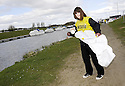 20/04/2010   Copyright  Pic : James Stewart.06_helix_litter  .::  HELIX PROJECT ::  KIDS FROM BRAES HIGH SCHOOL TAKE PART IN THE LITTER PICK AT THE FORTH & CLYDE CANAL BETWEEN LOCK 2 AND THE BLUE BRIDGE ::.