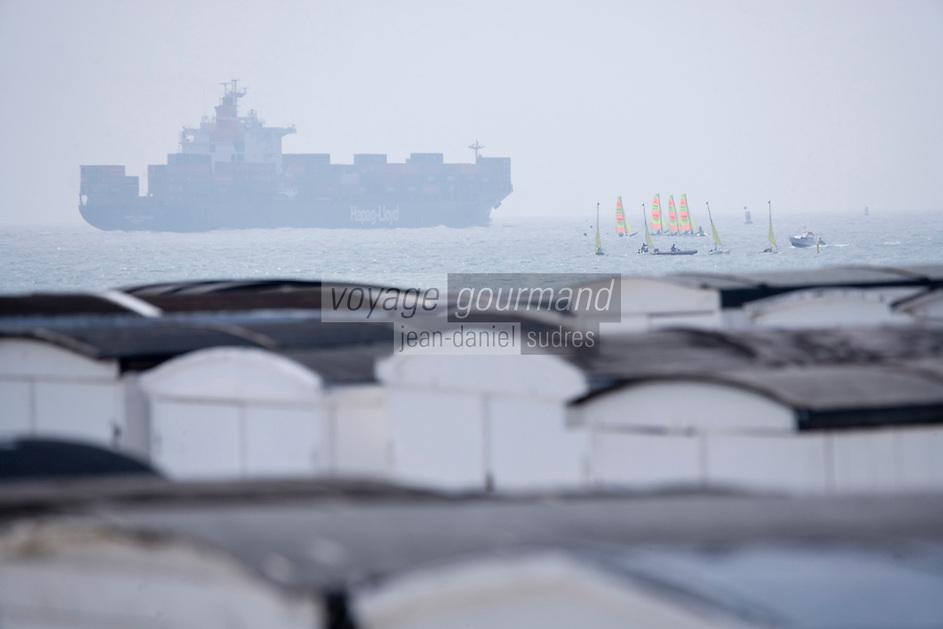 Europe/France/Normandie/Haute-Normandie/76/Seine-Maritime/ Le Havre: La plage de galets et ses cabine de  plage, en fond les cargos et les porte-containers