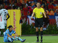 MEDELLÍN -COLOMBIA-08-04-2015. Lee Van Suarez (Der) arbitro pide la camilla para Juan Castillo arquero de Patriotas durante el encuentro entre Independiente Medellín y Patriotas FC por la fecha 14 de la Liga Águila I 2015 jugado en el estadio Atanasio Girardot de la ciudad de Medellín./ Lee Van Suarez referee asks the stretcher for Juan Castillo goialkeeper of Patriotas during the matcha between Independiente Medellin and Patriotas FC for the  14th date of the Aguila League I 2015 at Atanasio Girardot stadium in Medellin city. Photo: VizzorImage/León Monsalve/STR