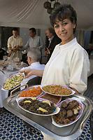 Afrique/Afrique du Nord/Maroc/Fèz: Service des entrées et salades fines au Riad Sheherazade 23 Arsat Bennis Douh dans la médina