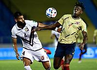BARRANQUILLA – COLOMBIA, 09 –10-2020: Duvan Zapata de Colombia (COL) y John Chancellor de Venezuela (VEN) disputan el balon durante partido entre los seleccionados de Colombia (COL) y Venezuela (VEN), de la fecha 1 por la clasificatoria a la Copa Mundo FIFA Catar 2022, jugado en el estadio Metropolitano Roberto Melendez en la ciudad de Barranquilla. / Duvan Zapata of Colombia (COL) and John Chancellor of Venezuela (VEN) vie for the ball during match between the teams of Colombia (COL) and Venezuela (VEN), of the 1st date for the FIFA World Cup Qatar 2022 Qualifier,  played at Metropolitan stadium Roberto Melendez in Barranquilla city. Photo: VizzorImage / Julian Medina FCF  / Cont.