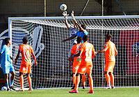 ENVIGADO - COLOMBIA, 02-02-2021:Wilmar Londono de Envigado disputa el balón con Jaguares de Córdoba durante partido por la fecha 4 entre Envigado y Jaguares de Córdoba como parte de la Liga BetPlay DIMAYOR 2021 jugado en el estadio  Polideportivo Sur de Envigado. / Wilmar Londono of  Envigado vies for the ball with  Jaguares de Cordoba during match for the date 4  between Envigado and Jaguares de Cordoba  as a part BetPlay DIMAYOR League I 2020 played at Polideportivo Sur stadium in Envigado. Photo: VizzorImage / Luis Benavides / Contribuidor