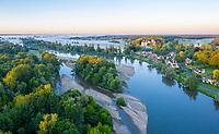 France, Cher (18), Apremont-sur-Allier, labellisé Plus Beaux Villages de France, le village et l'Allier le matin (vue aérienne)