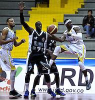 BOGOTÁ-COLOMBIA-09-03-2013. Austin(6) de Búcaros trata de pasar el balón mientras Fahnbulleh (7) de Piratas observa junto con Hernandez (14) de Bucaros durante partido de la décima fecha de la Liga Direct TV de baloncesto Profesional de Colombia 2013./  Austin (6) of Bucaros tries to pass the ball while Fahnbulleh (7) of Piratas and Hernandez (14) of Bucaros look during the game of the tenth date of Colombian Professional basketball League DirecTV 2013. Photo: VizzorImage/STR