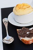 Europe/France/Rhone-Alpes/73/Savoie/Courchevel: Soufflé au beaufort et tartine de truffe recette de Michel Rochedy, Hôtel-Restaurant: Le Chabichou,