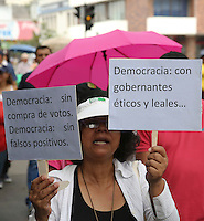 CALI -COLOMBIA-20-08-2013. Más de 400 personas que salieron del parque de las Banderas de Cali a hacer parte de la marcha nacional en el marco del paro nacional agrario que hoy se desarrolló en todo el país, empleados del hospital Universitario, magisterio, estudiantes y transportadores hicieron parte de los manifestantes que terminaron en la gobernación del Valle./ More than 400 people came out from Parque de las Banderas of Cali to be a part of national march as a part of agrarian national strike that had developed across the country; university hospital workers, teaching, students, transporters took part of the protesters that finish the mach in front of governorship of the Valle department.  Photo: VizzorImage/Juan C. Quintero/STR