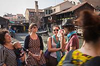 Italie, Vénétie, Venise: Osteria Al Squero, Dorsoduro 944, consommateurs buvant leur  Spritz  au bord du canal // Italy, Veneto, Venice: