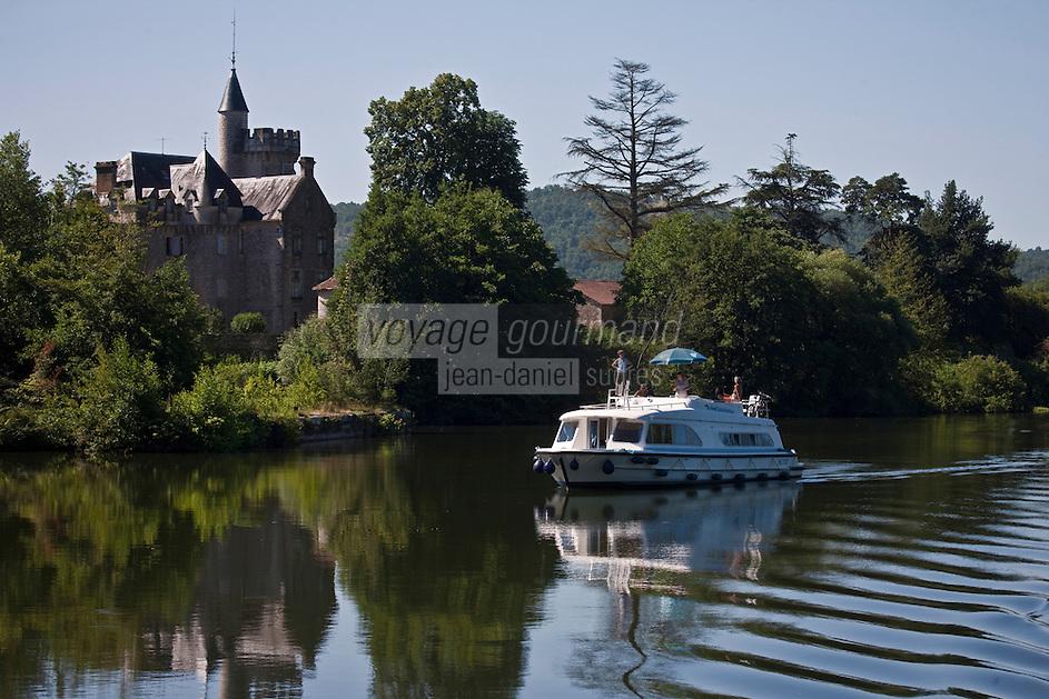 Europe/Europe/France/Midi-Pyrénées/46/Lot/Caillac: Tourisme fluvial dans la Vallée du Lot devant le Château de Langle XVI, remanié au XIX°s<br />  [Autorisation : 2011-106] [Autorisation : 2011-107] [Autorisation : 2011-108]