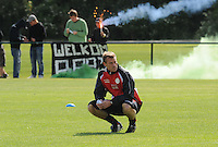 SV Zulte-Waregem : Eerste training.trainer Bart De Roover zit voor een spandoek van de supporters : Welkom Bart ..foto VDB / BART VANDENBROUCKE