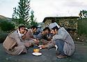 Iraq 1981 .In Kani Zard, peshmergas eating   .Irak 1981 .A Kani Zard, repas de peshmergas