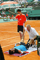 5-6-06,France, Paris, Tennis , Roland Garros, Martin receiving medical treatment